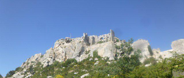 Les Baux de Provence, arrivée par le sud, Cl. Elisabeth Poulain