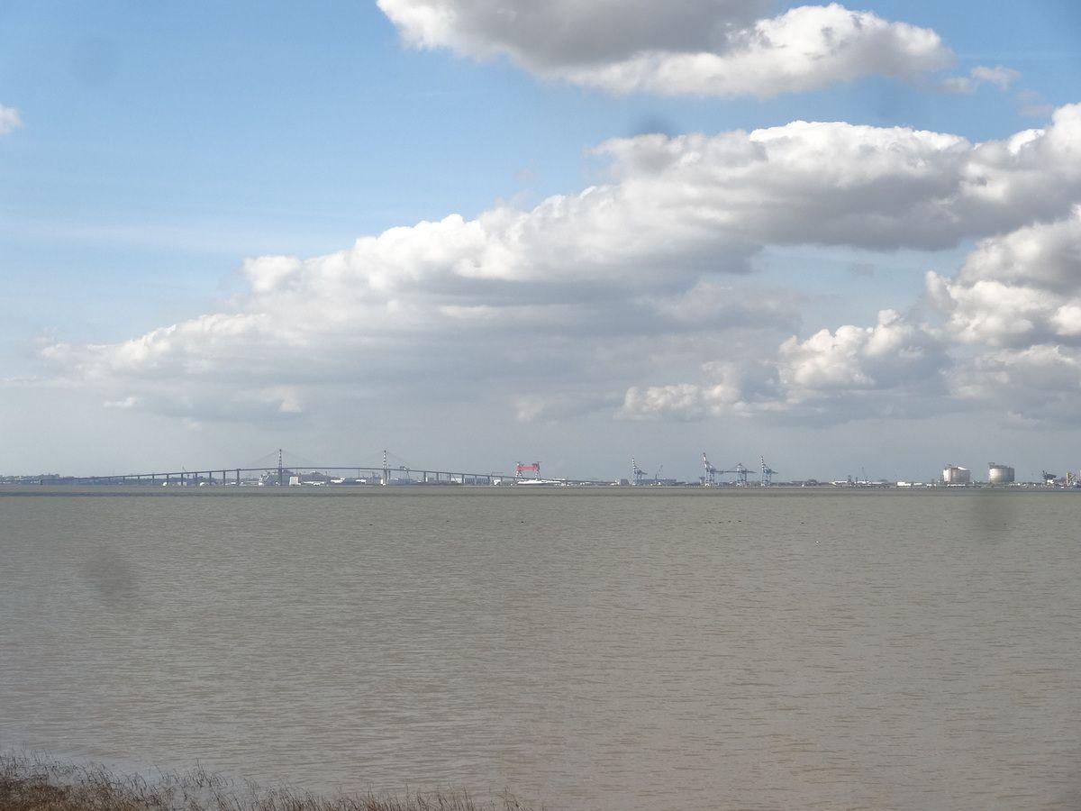 Vue de Paimboeuf sur la Loire...Le petit bateau du début-amont, le port-aval, les nuages au-dessus-Cl. Elisabeth Poulain