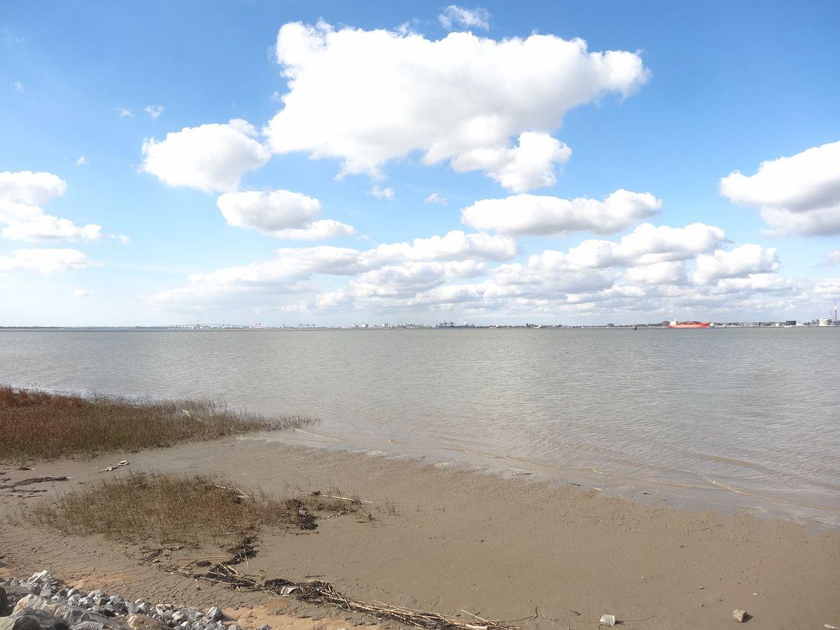 La raffinerie de Donges-vue de Paimboeuf-La Loire-la rive-les nuages-Cl. Elisabeth Poulain