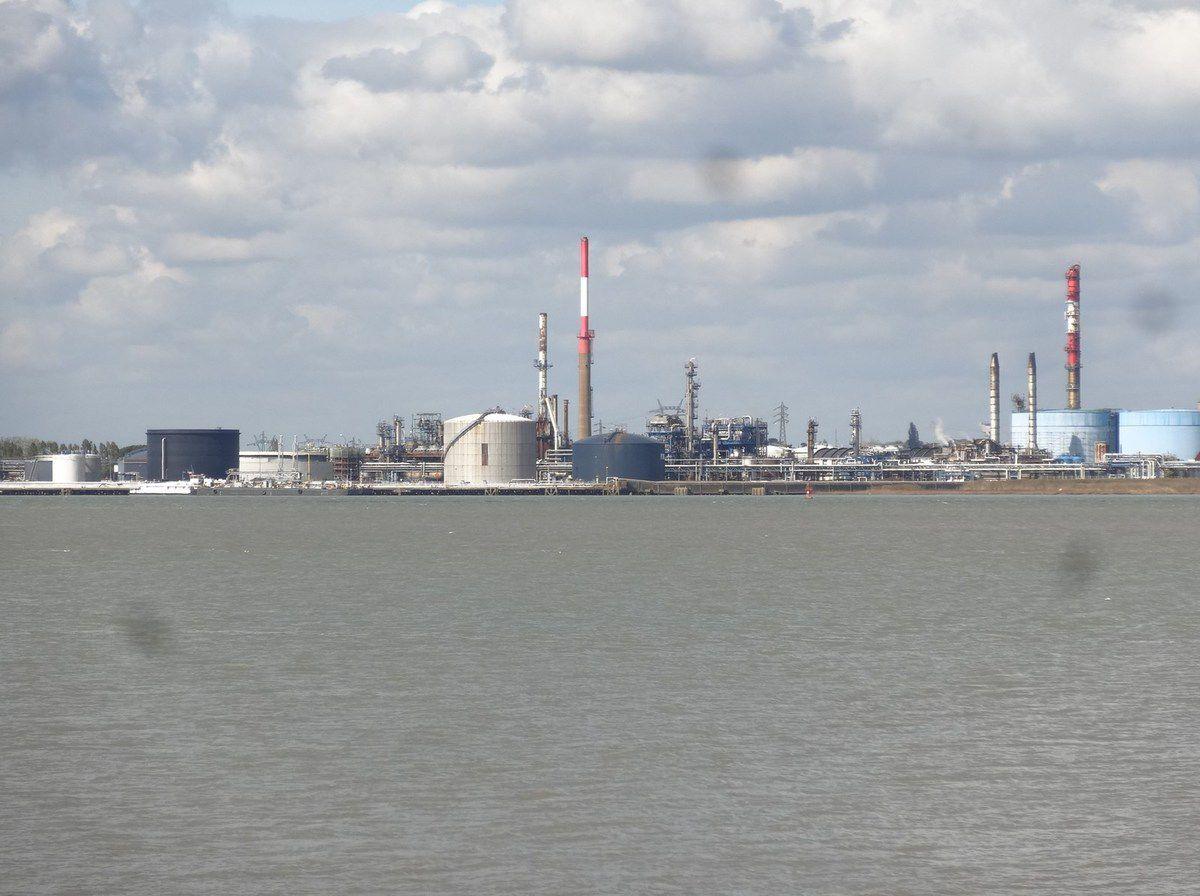 La raffinerie de Donges-Vue de Paimboeuf-La Loire-Cheminées-Cuves-Cl. Elisabeth Poulain