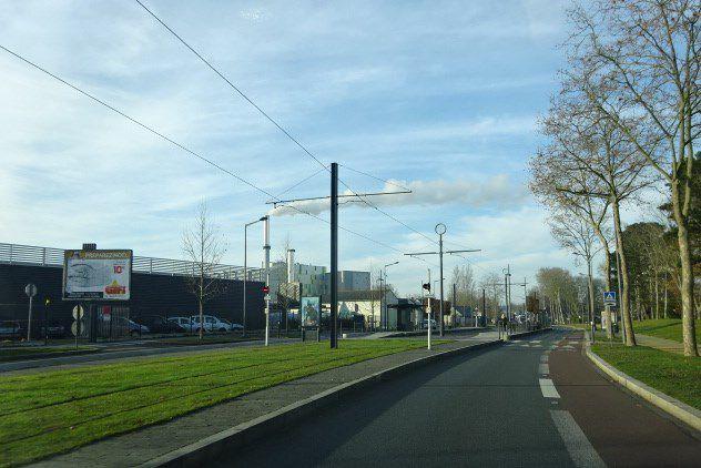 Passage du tramway, réseau enterré, pelouse, Cl. Elisabeth Poulain
