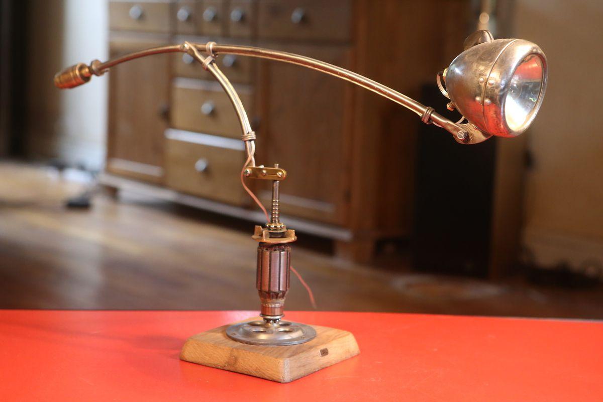 Création lampe luminaire articulée upcycling phare de vélo vintage