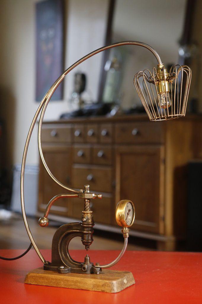 Création unique lampe art récup outil presse de bourrelier, esprit Vintage et Steampunk