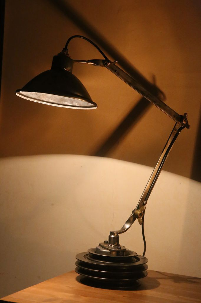 Création unique lampe articulée récup' en métal sur une poulie de machine outil, esprit atelier et industriel