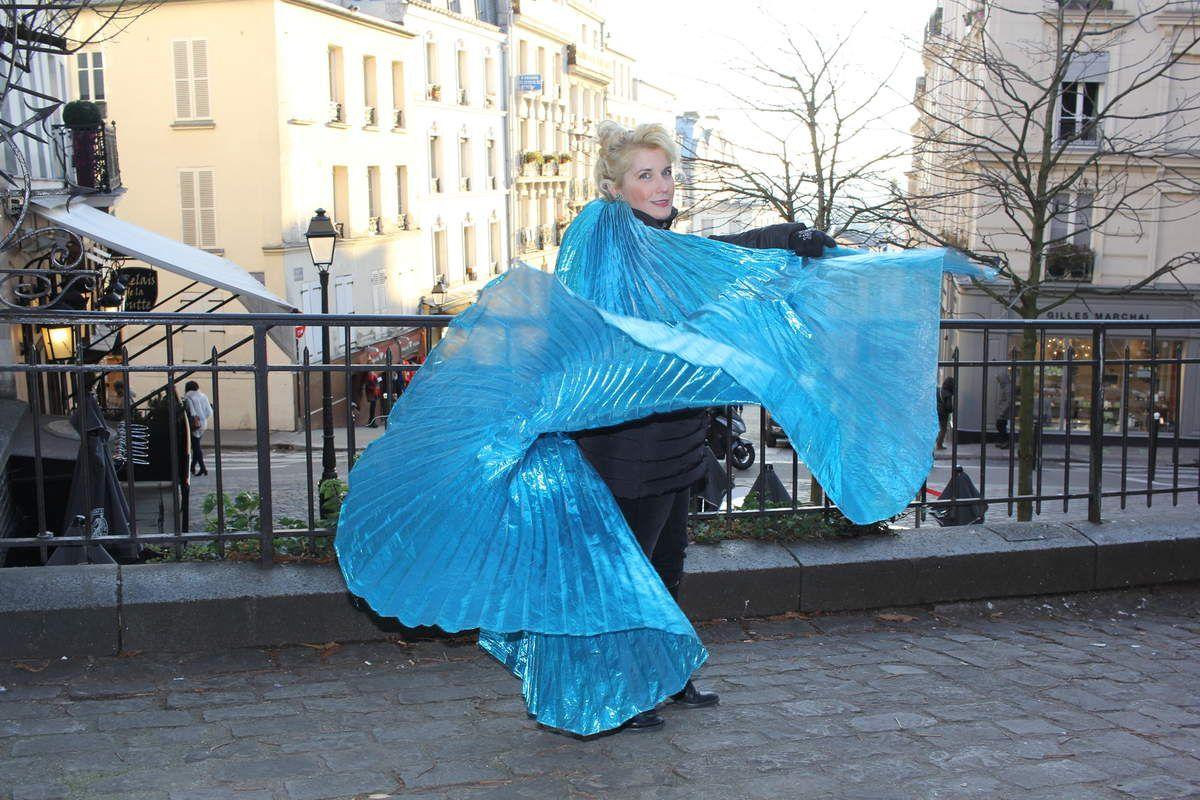 Soprano Tour Veronica Antonelli danse serpentine et interprète a capella #LoieFuller #bateaulavoir #ParisJeTaime #LoveIsInTheAir #MontmartreEnchanté crédit photo Jean-Michel Fouquet