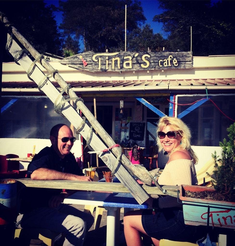 Tina's café un petit coin de paradis entouré d'artistes et d'amis bienveillants, au bord de l'océan