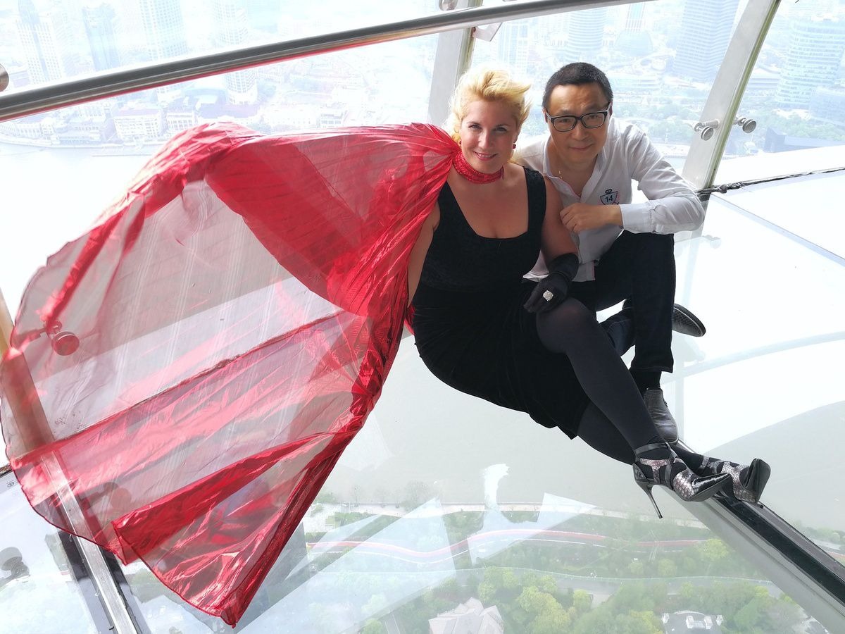 Veronica Antonelli and Yudong Dai in the Oriental Perl tower in Shanghai China蒙马特之莺——维罗妮卡·安德内里(Veronica Antonelli)
