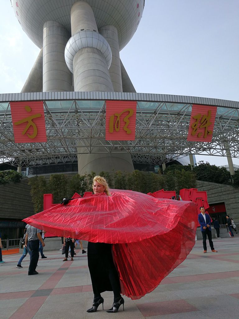 Veronica Antonelli 's performing downstairs the Oriental Perl Tower with her red wings 蒙马特之莺——维罗妮卡·安德内里(Veronica Antonelli)