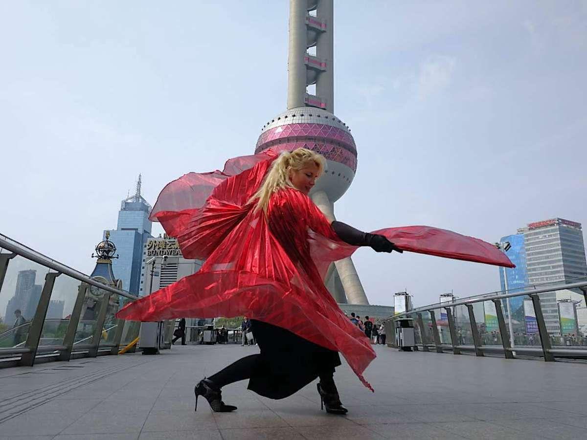 Veronica Antonelli performs down the bridge of the oriental perl tower蒙马特之莺——维罗妮卡·安德内里(Veronica Antonelli)
