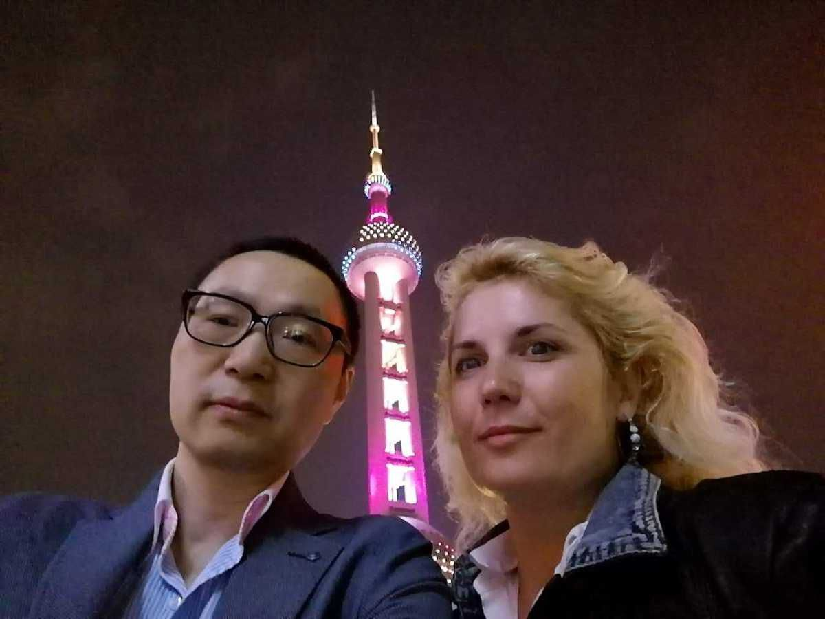 Shanghai at night in front of the Oriental Perl Tower  蒙马特之莺——维罗妮卡·安德内里(Veronica Antonelli)
