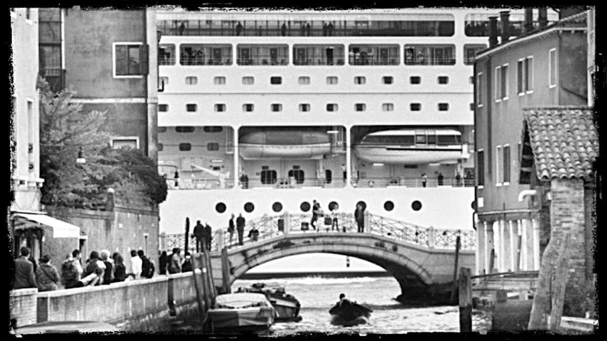 À la cité des doges, un photographe bâillonné, son exposition Mostri a Venezia, reportée aux Calendes.