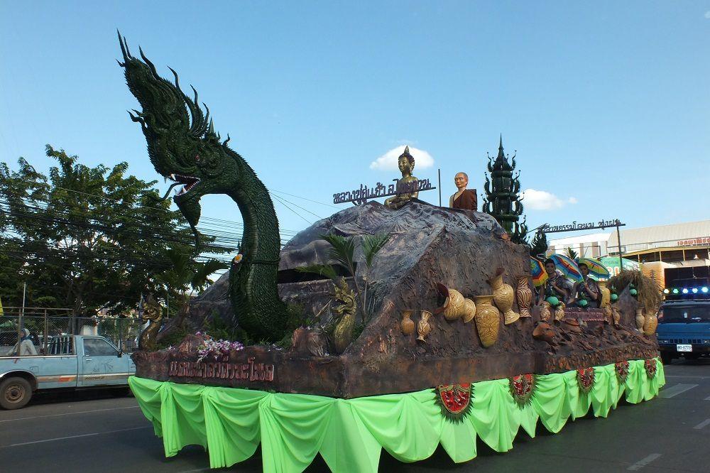 1 décembre 2015 : Udonthani: Parade d'ouverture du Festival Thung Si Muang. 1e partie