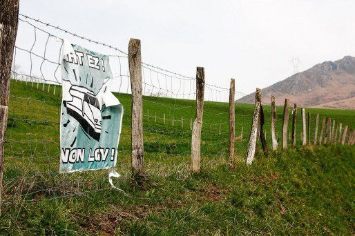 Affiche contre la LGV au Pays Basque (Pierre/flickr/CC)