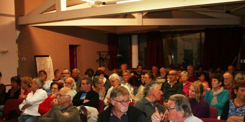 La première réunion publique organisée par UDE et le Cade a attiré foule vendredi, salle Lapurdi. ©  Photo Belxa