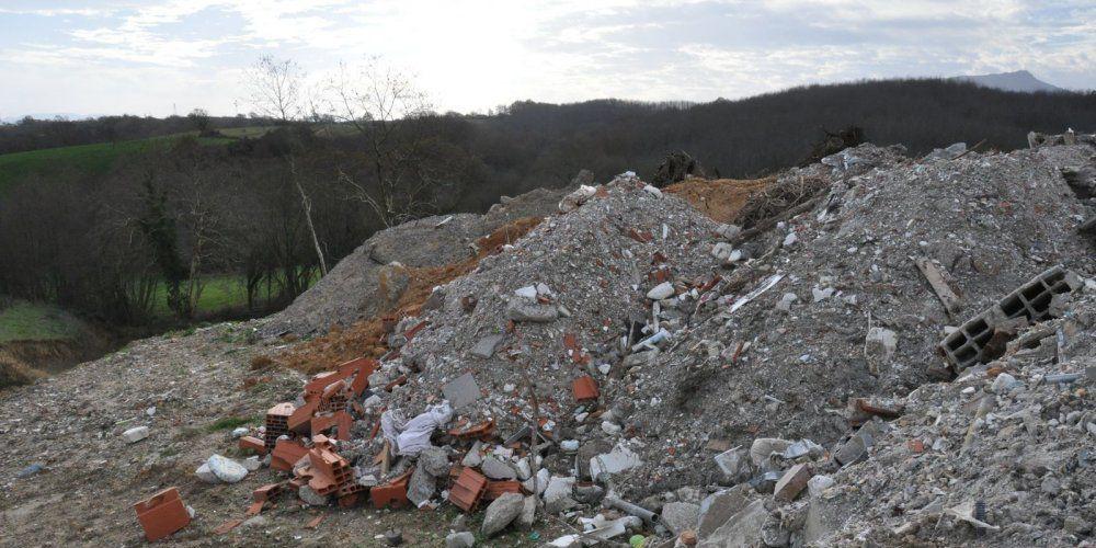 Des résidus toxiques se greffent aux gravats sur les cinq sites exposés. © photo DR