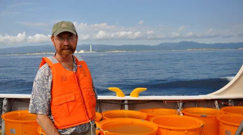 Ken Buesseler devant les côtes du Japon. © WHOI