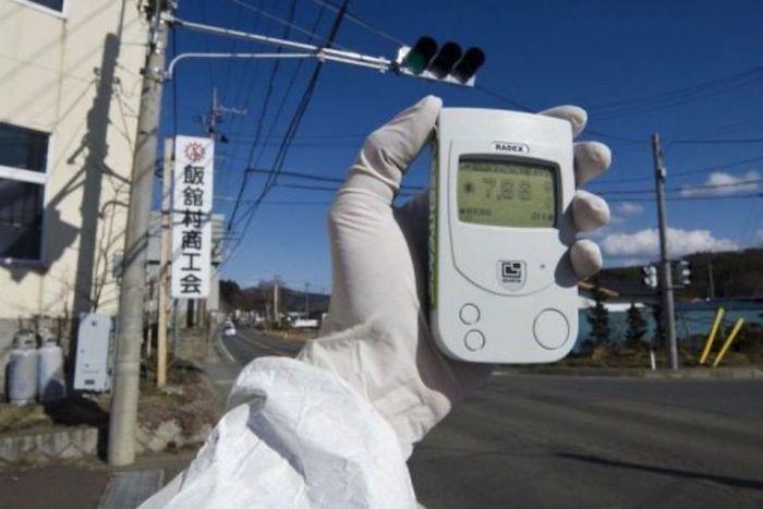 Un membre de Greenpeace mesurant à l'aide d'un compteur Geiger la radioactivité, le 27 mars 2011, à Fukushima.