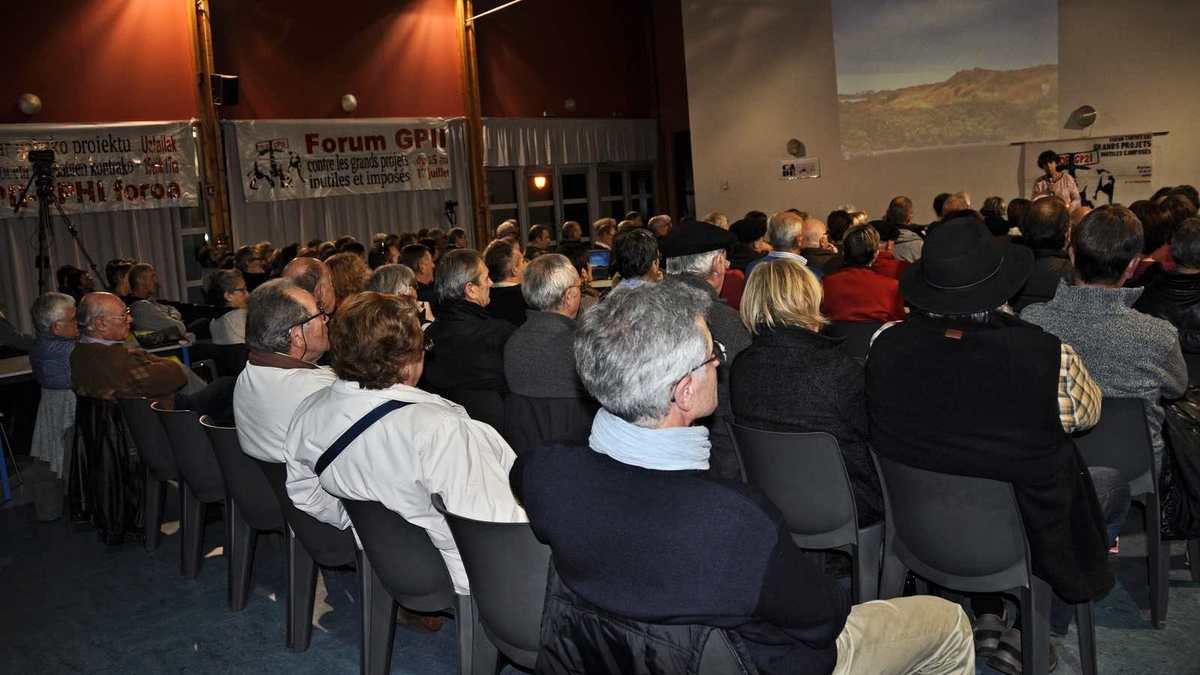 09/12/16, 160 personnes étaient présentes à la réunion publique de Mouguerre (photo ACE)
