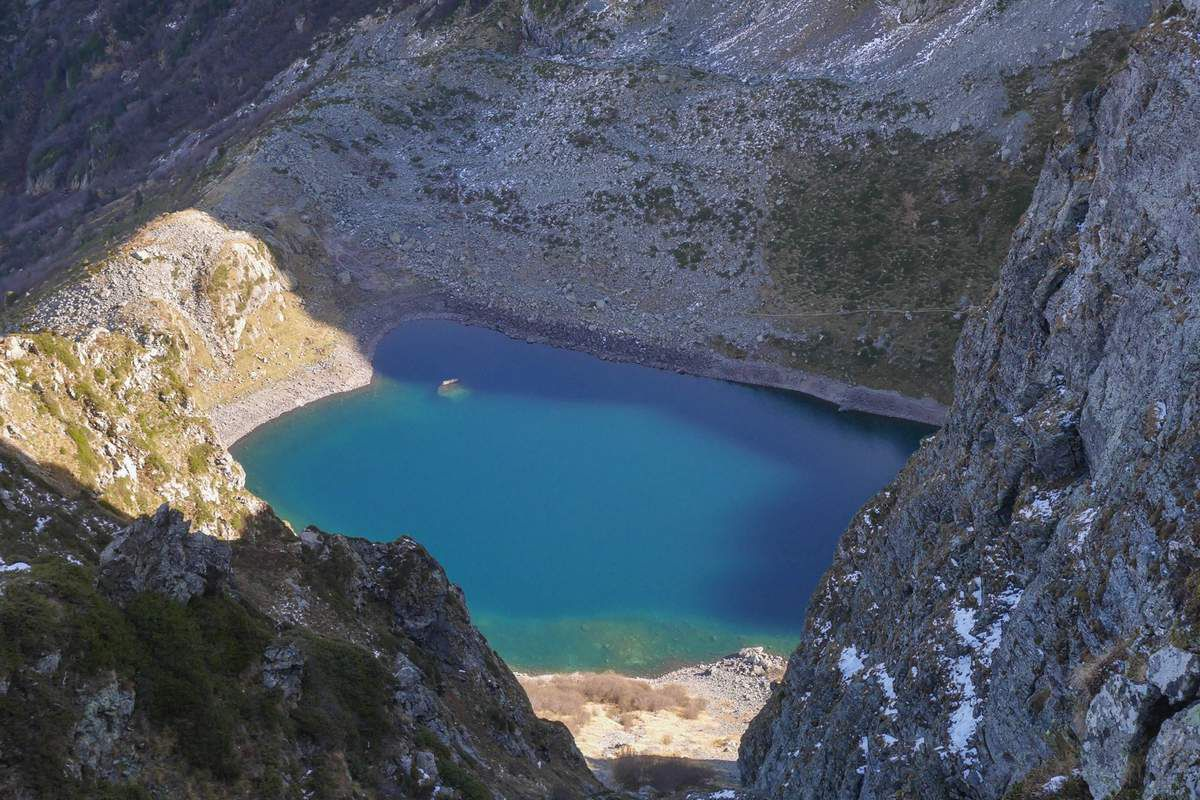Le lac de Crop depuis les arêtes du Grand Replomb