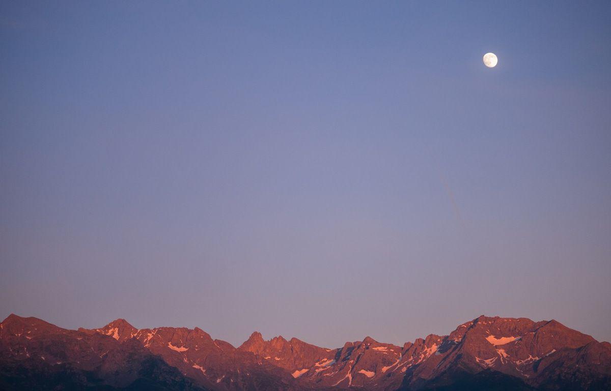 La veille, une lune encore gibbeuse et déjà haute au coucher du soleil, depuis la vallée