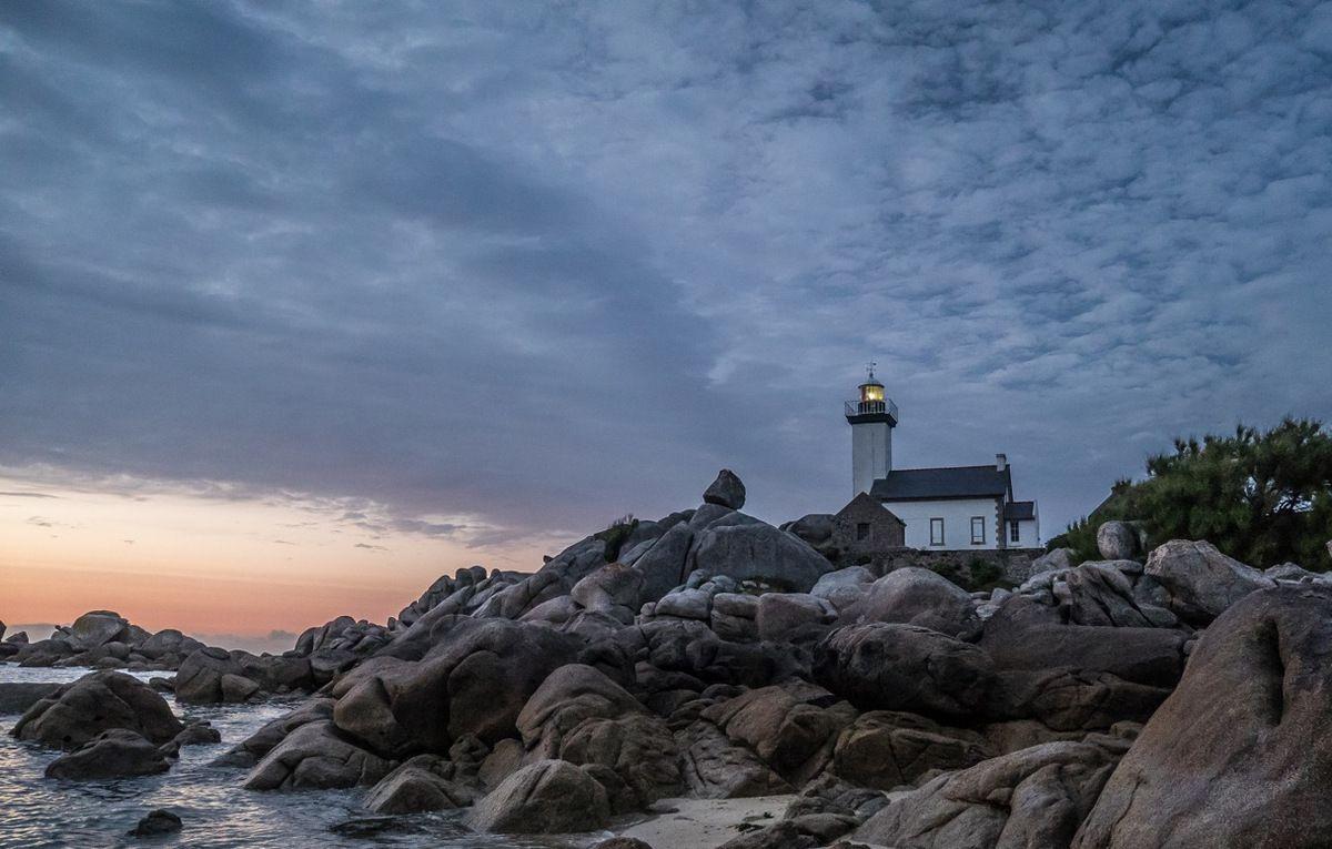 Le petit phare de Porspol après le crépuscule