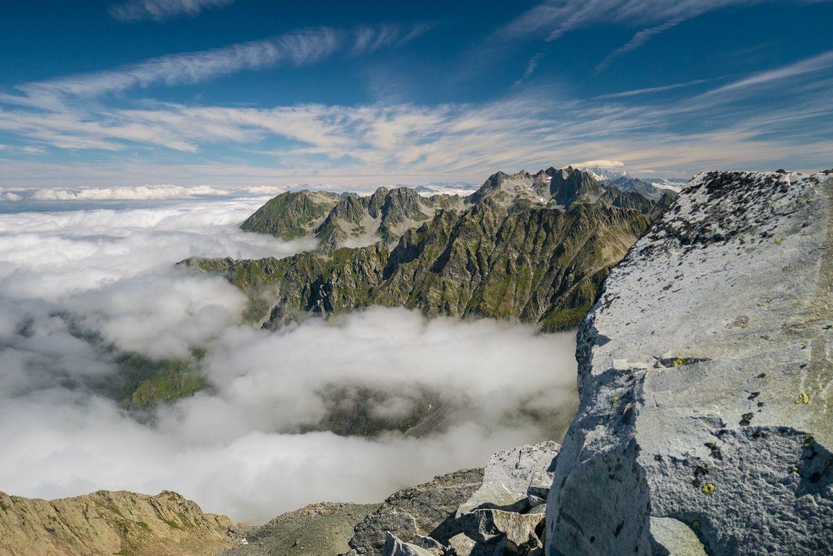 Superbe décor lorsque la mer de nuages se morcelle