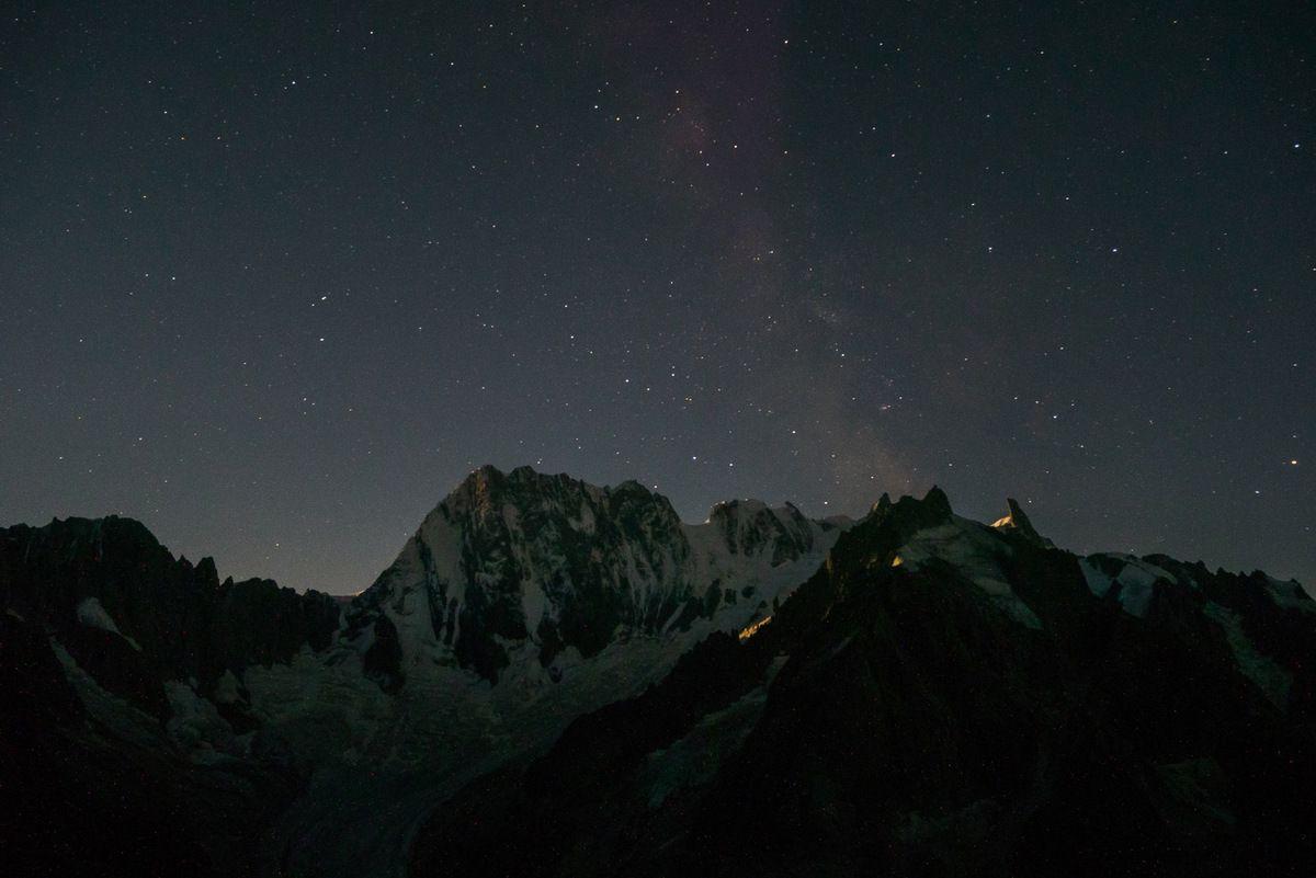 Timide voie lactée sur les Grandes Jorasses juste avant le lever de lune