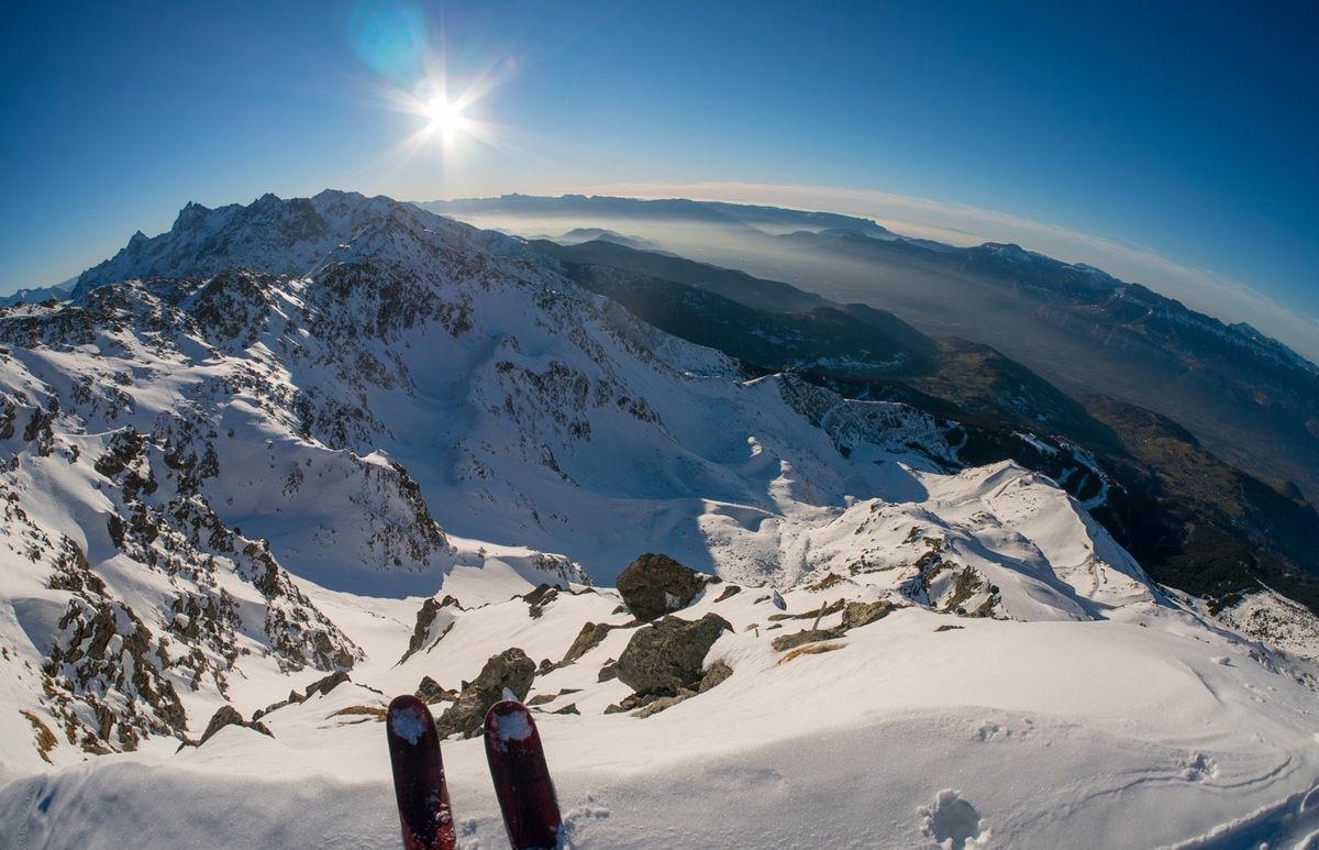 Arrivée en haut du couloir central skis aux pieds
