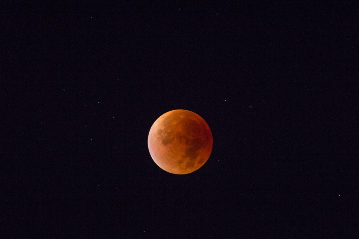 28 septembre. Eclipse de Lune au sommet de la dent de Crolles. Immense moment à marquer d'une pierre blanche