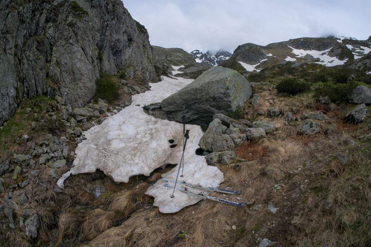 Fin du ski à 1950. Ca ressemble à ce que j'ai vu en Ubaye à la même altitude à la mi-avril. Un mois et demi d'écart entre le 04 et le 38 à 2000 m d'altitude, ça fait beaucoup pour deux régions situées à 200 km à vol d'oiseau.