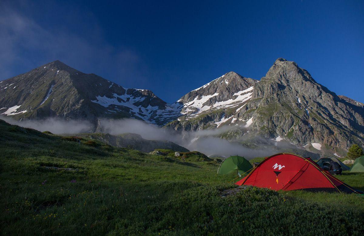 Le campement encore bien mouillé malgré le soleil. La température est descendue à trois degrés au petit matin