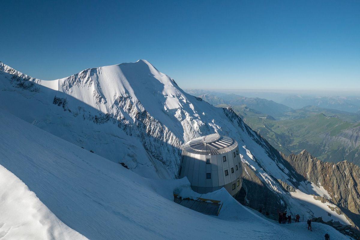 Le Goûter, 3800 m. Déjà une bonne chose de faite car il faut bien le reconnaître, à part quelques passages avec une jolie vue sur le glacier de Bionnassay et l'aiguille éponyme, toute la montée jusqu'ici est bien bouseuse