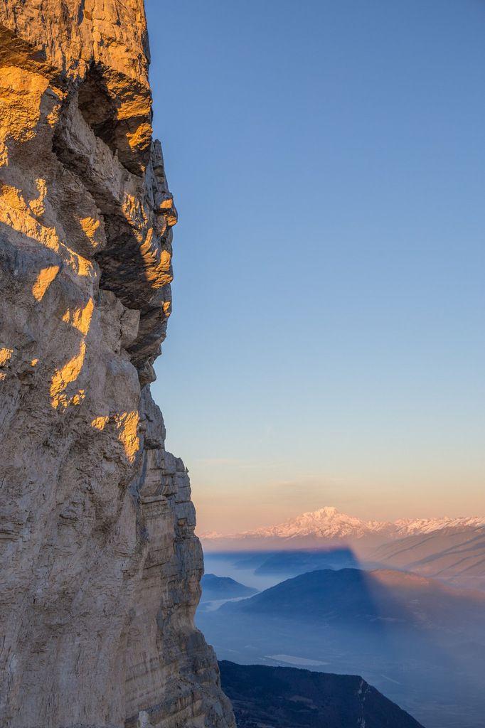 Du pied de la partie supérieure du pilier sud, le profil de la face est et le mont Blanc