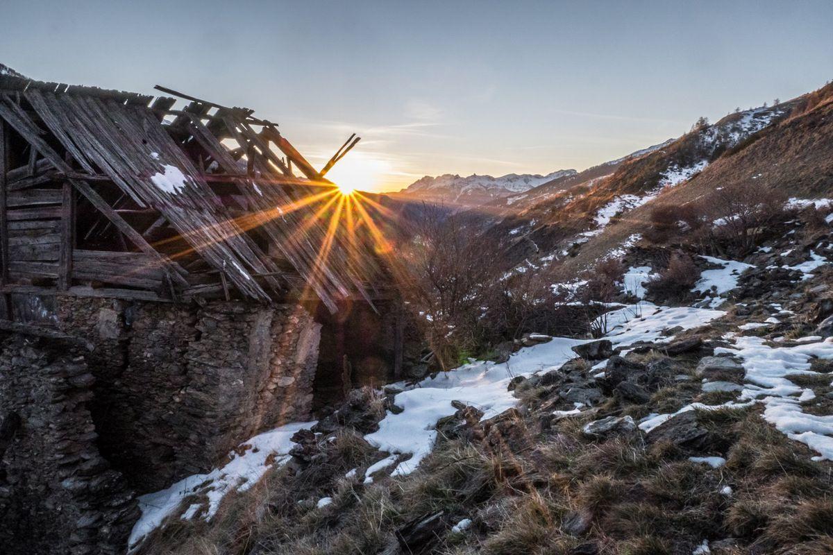 Le soleil se couche dans l'axe de la vallée du Guil