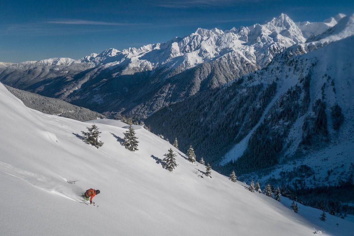 12 novembre. 2500 m de poudre avec Nico. Une sortie d'autant plus appréciable que la neige fait défaut depuis. Et qui rappelle les nombreuses autres longues sorties à skis de la saison. https://www.youtube.com/watch?v=zU2O5IyD_us