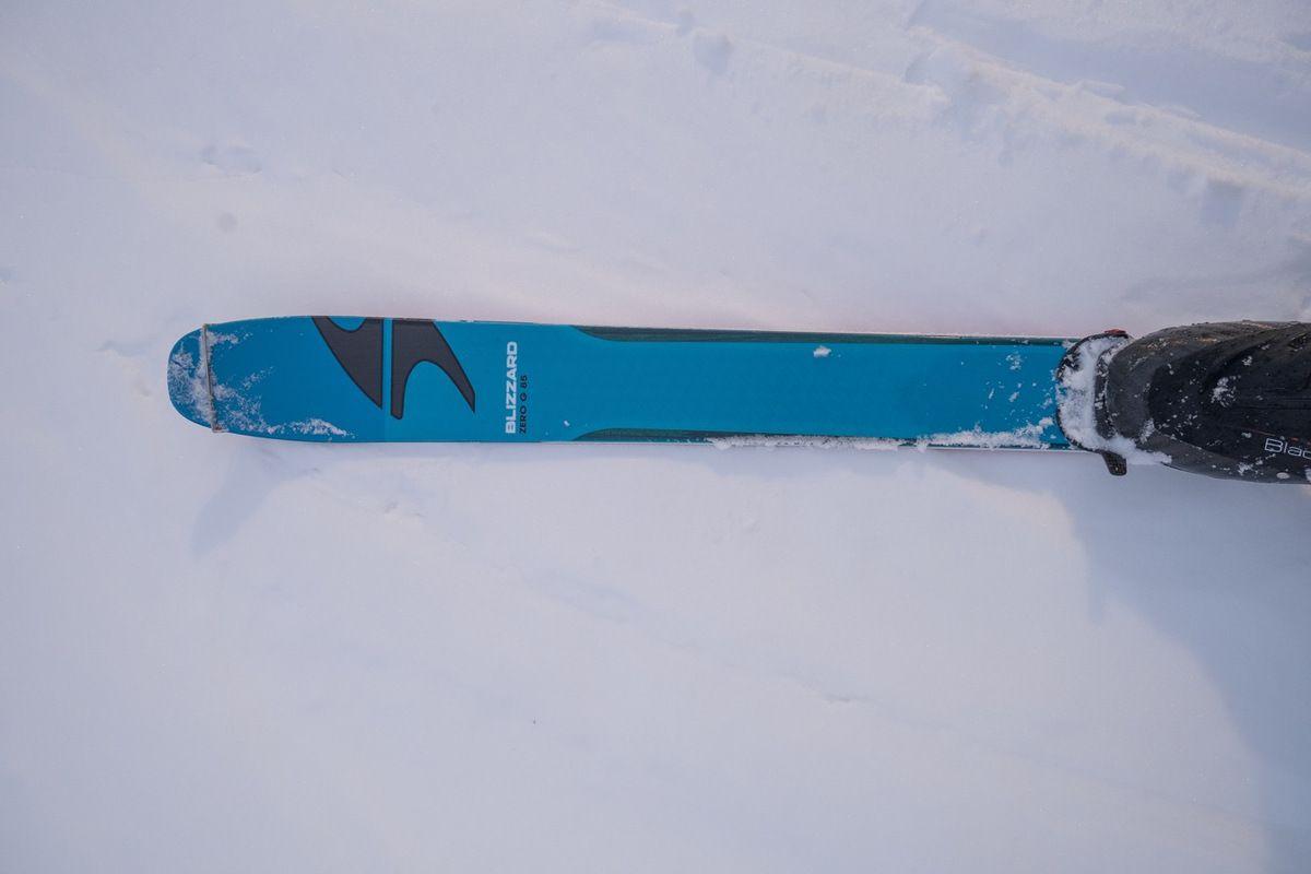 Le matériel en question : Blizzard zéro G 85, Gignoux Ultimate, Pomoca Race, Gignoux Black. Au total (ski+fix+peau+chaussure) = 1900 g/pied
