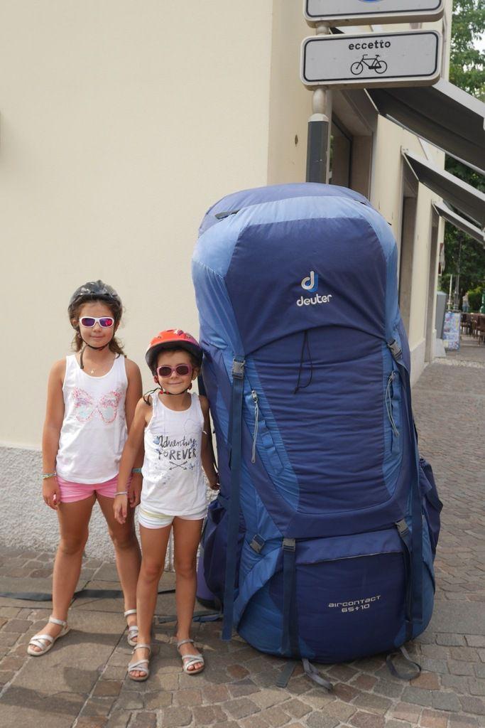 Tout est grand à Arco : le topo épais comme un dictionnaire, le piolet, le sac à dos et même la pizza !