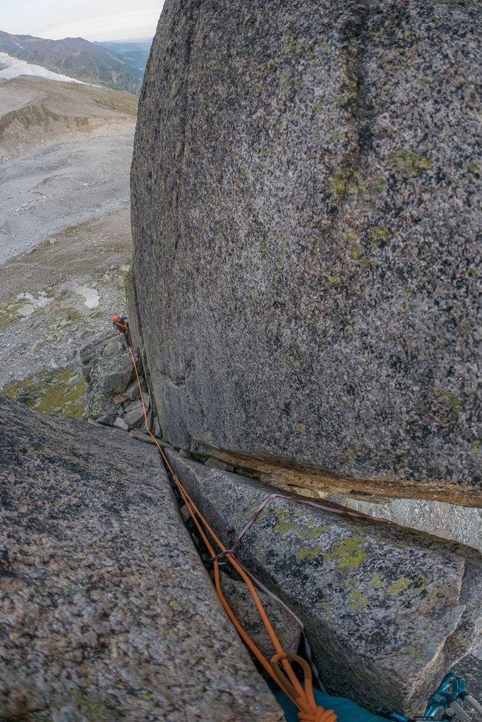 Premier passage de V : double fissure large avec coincements de pieds