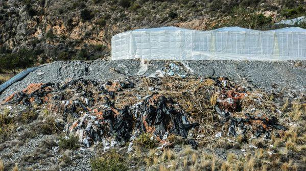 Au pied d'une serre, des déchets plastique