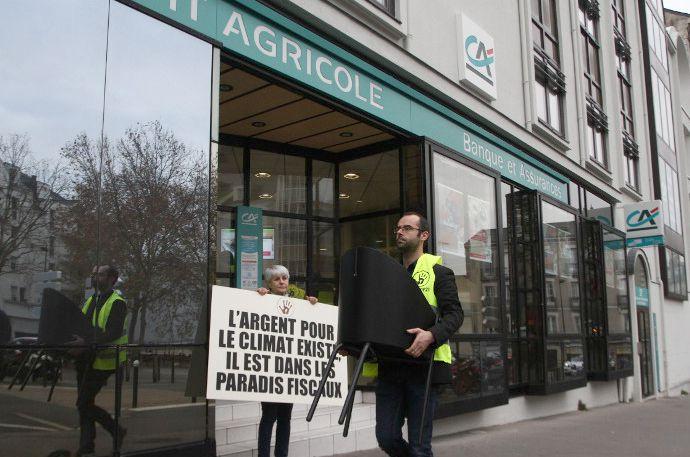 Réquisition de chaises dans une banque Crédit Agricole de Nantes