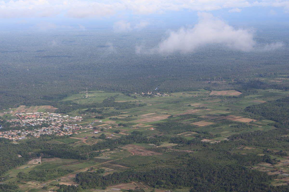 Javouhey, village Hmong à 40 km du bourg de Mana. Javouhey est le berceau agricole de l'Ouest guyanais. On voit d'ailleurs très bien les parcelles sur les deux photos ci-dessus.