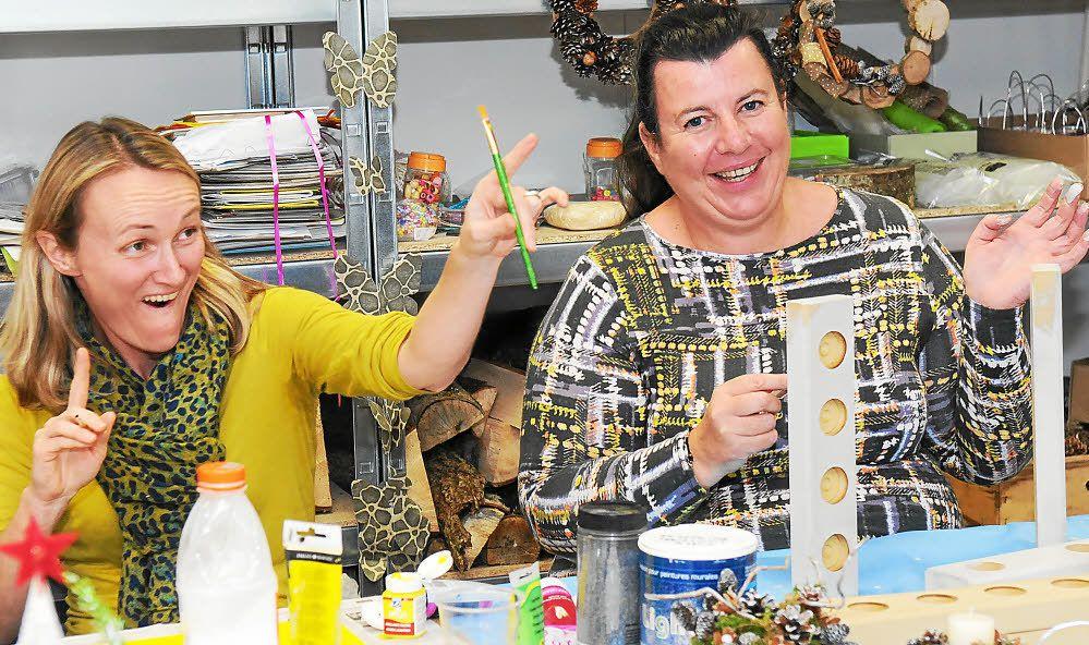 À l'image d'Olivia et Christelle (de gauche à droite), on crée, mais on s'amuse et rit aussi à l'atelier parents de l'école Saint-Joseph.