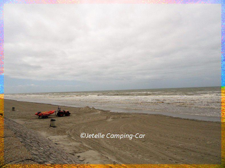 Grande plage de sable fin.