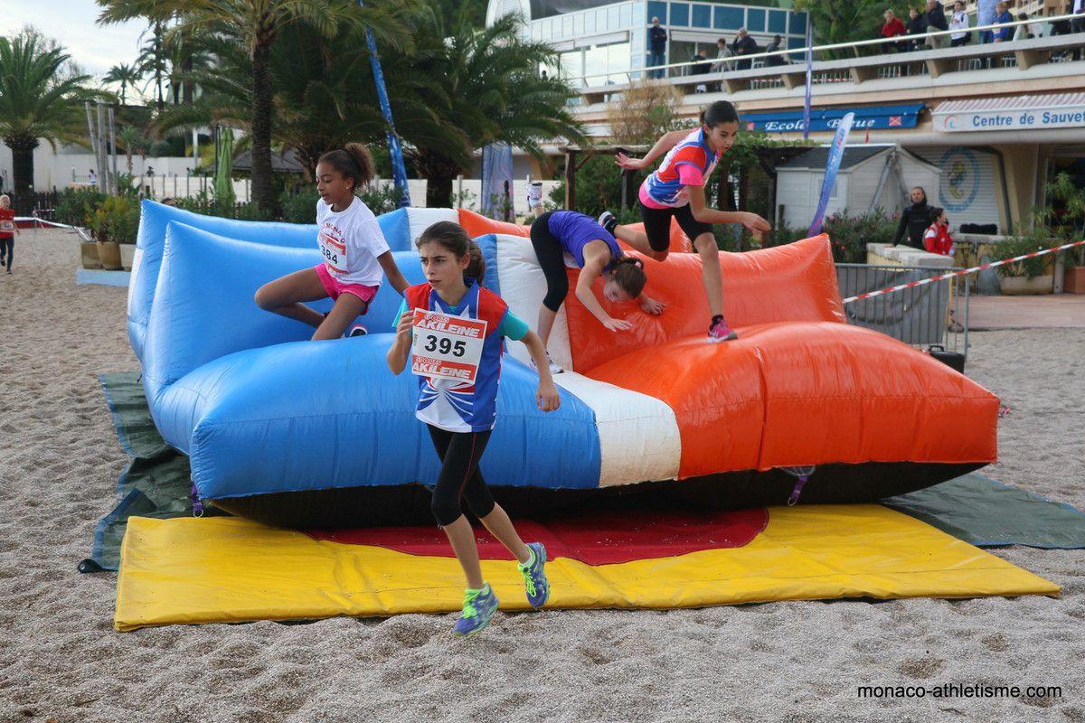 passage sur la plage et pour les jeunes un obstacle gonflé a franchir