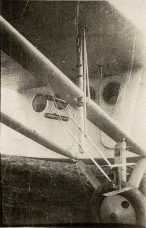 La commande de profondeur de la girouette Constantin implantée sous l'aile droite du F.192 F-ALAR lors de la préparation de l'avion en 1930. La photo est précoce : l'appareil n'a pas encore reçu sa décoration.