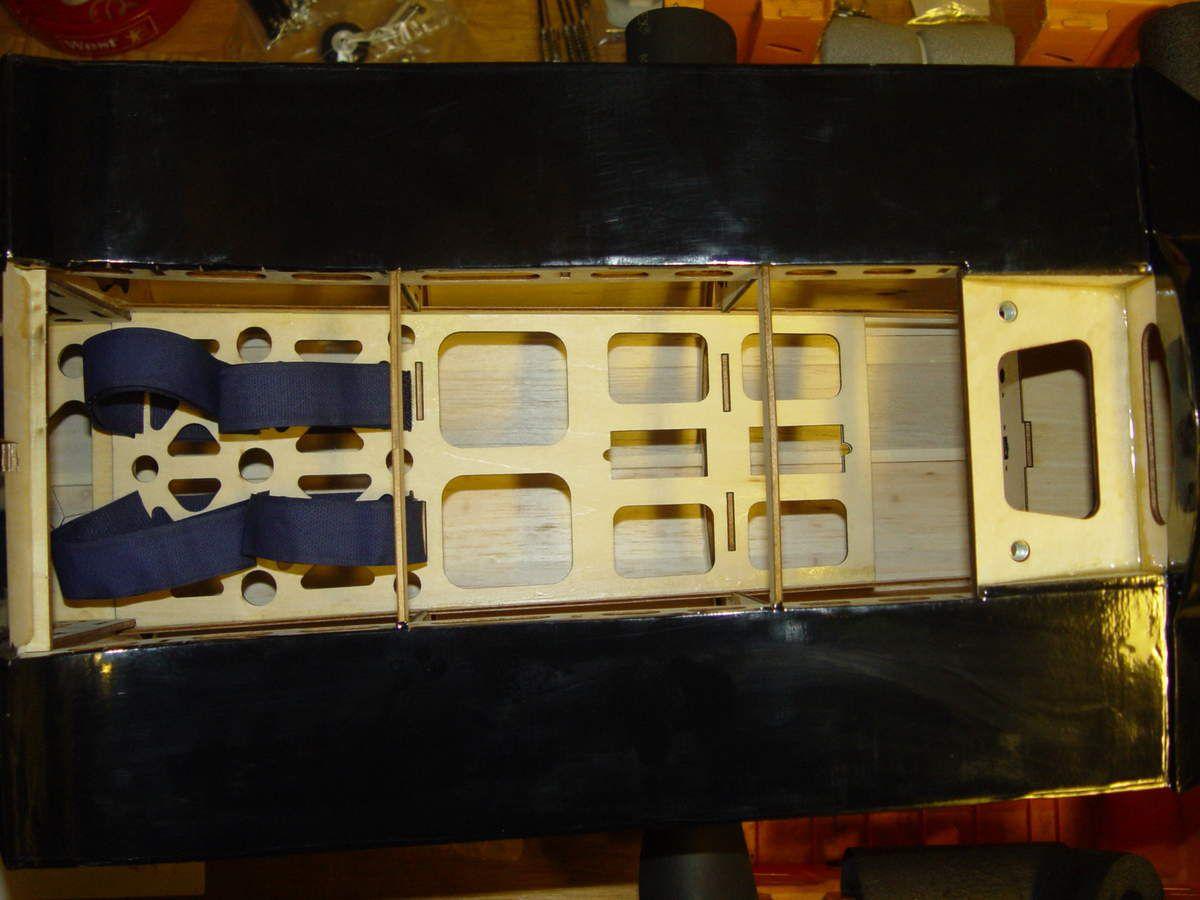 L'intérieur : Poids du fuselage : 1200 Grs. (découpé au laser, il est léger) Le réservoir est déjà installé, avec ces durites essence. Vu le moteur, je vais le remplacer par un Du-bro de 950 ml et le positionner au CG et non collé à la cloison par feu.
