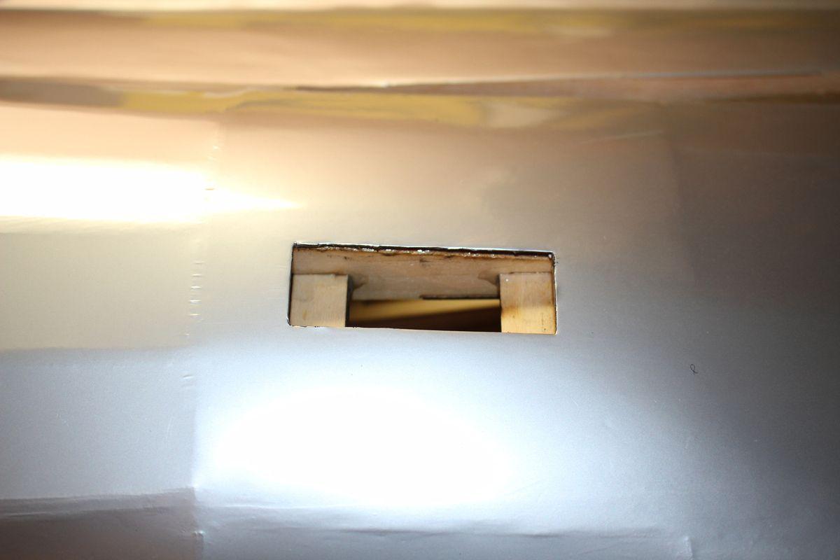 """23 octobre 2016. Découpage au bistouri des puits de servos de la profondeur dans le fuso. Je """"cauterise"""" toujours l'entoilage avec une lame chaude. Le support de servo mesure 35mm, donc Dremel pour agrandir à 40mm et perçage en vu du vissage !"""