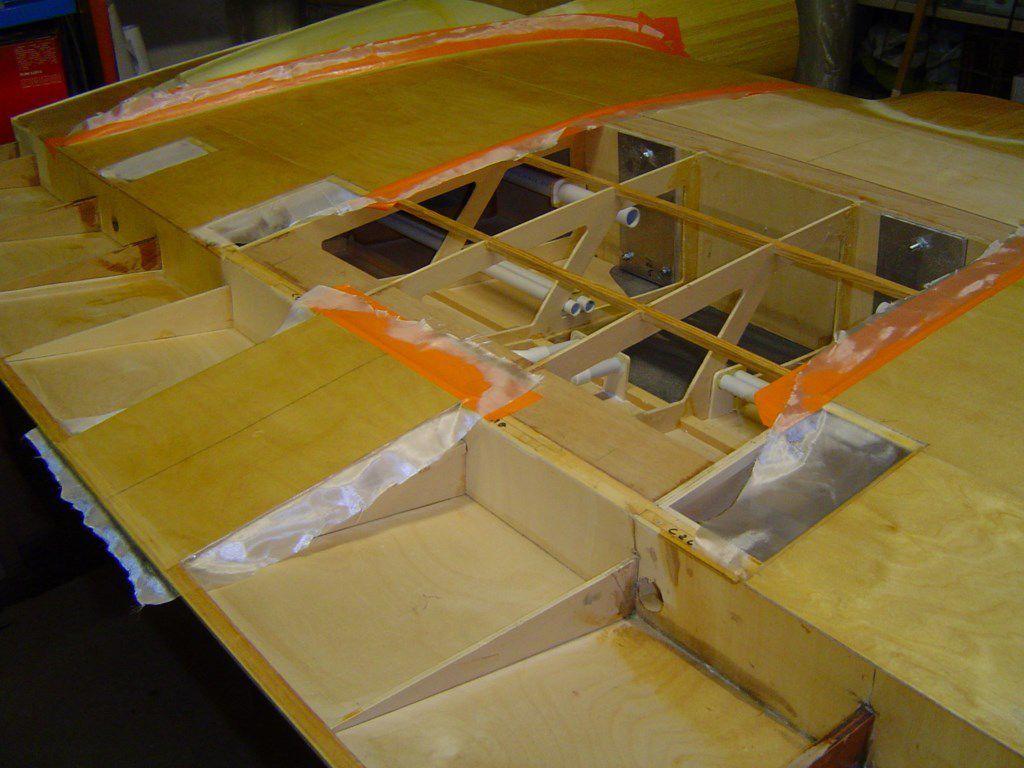 11 février 2017. Les photos sur la fabrication des phares. Quelques photos sur les CB 200 et 400. ells serviront a transmettrent la puissance et les signaux a tous les servos, pompes, kill switchs. 20 février 2017 : Une partie de l'intrados de l'aile centrale a ete fibree. Il restera des trappes a finir une fois que le systeme de fixation de l'aile sera installe dans le fuselage. On est pas loin de la fin.  Les moules sont prets pour le formage des profils en Rhodoid.