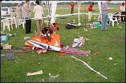 """15 mai 2006, Crash mortel d'un biplan RC en Hongrie.  Triste nouvelle qui nous concerne tous : le crash d'un Pitts S12 modèle-réduit de 2,50 m et 20 kg a causé la mort de deux personnes lors d'un meeting en Hongrie. Le pilote était un """"allemand expérimenté""""...   Crash mortel de Hongrie : une radio locale responsable ?  17/05/2006  Dernière minute : Voici une dépêche (en anglais) communiquée par Guy Revel qui nous en apprend un peu plus sur les causes du crash... le brouillage ne semble donc faire aucun doute, et le pilote semble avoir été mis totalement hors de cause par son parfait respect des règles de sécurité, ce qui ne m'étonne pas du tout de Stephan W. Il n'empêche que cet accident dramatique met l'accent sur un vrai problème : le 35 MHz est-il sûr ? En France, sûrement pas pour le moment (utilisation par la DDE), alors évitez vraiment de l'utiliser jusqu'à nouvel ordre, malgré ce qui est souligné dans le texte... Et dites le à vos copains allemands qui viennent voler en France ! Ceci dit, malgré ce qui est écrit dans le texte ci-dessous, il y a peu de chance que cette émission en 35 MHz soit originaire d'une radio locale comme annoncé (ce n'est pas une fréquence utilisée couramment par les médias !).... Une source de grande puissance d'origine militaire semble nettement plus probable, mais dans ce cas, le saura-t'on un jour ?"""