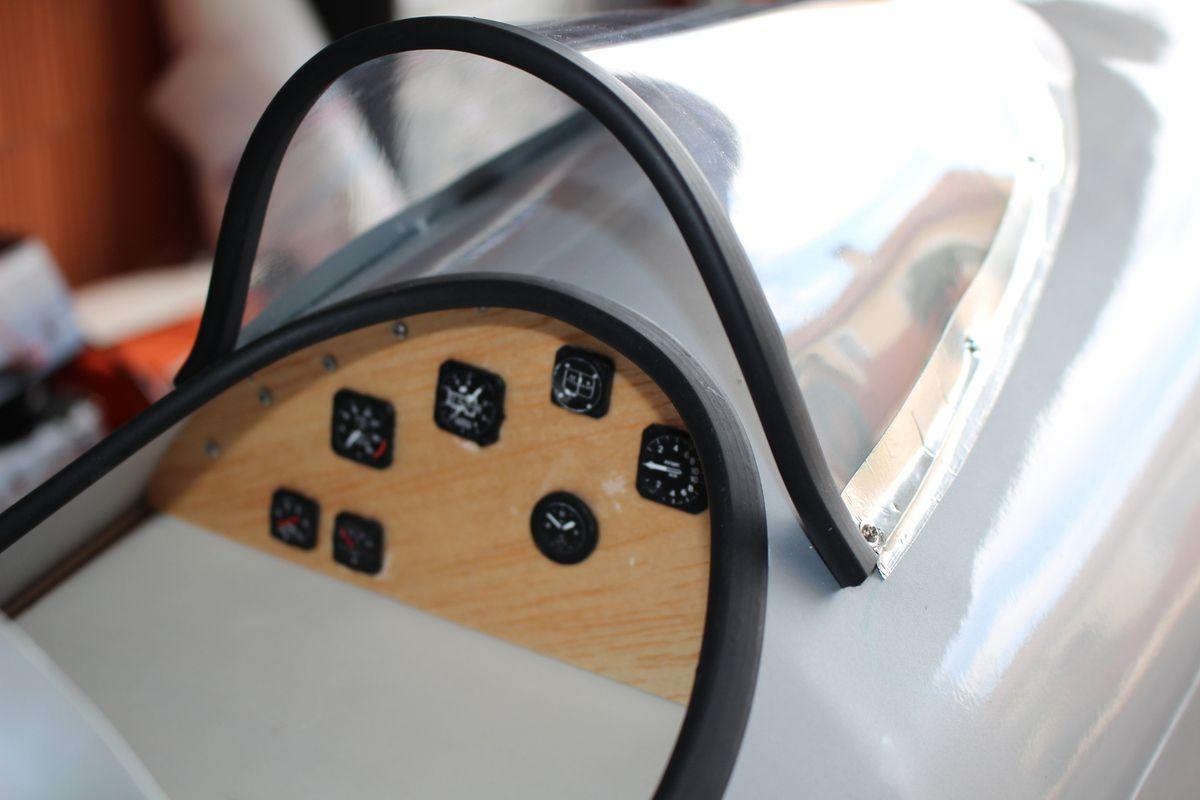18 juillet 2017. En cours, aménagement de quelques instruments pour égayer le cockpit &#x3B;) MEP du pare brise et de ces joints noirs.